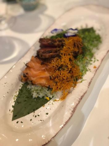 tataki de atum e salmão em saté numa cama de arroz com onori