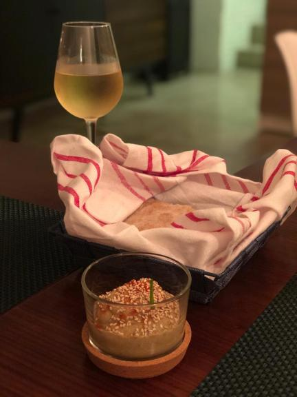 Pão de inspiração marroquina com alecrim e sal grosso e babaganoush