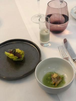 Tártaro de novilho em folha de alface; Berbigão acabado de abrir, salsa e pepino; Sopa fria de ostras