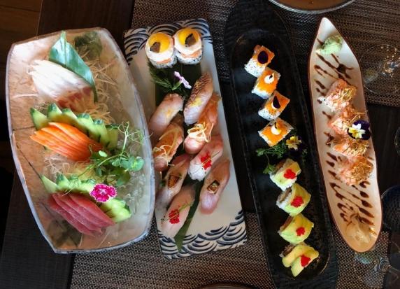 Diversas peças de sushi e sashimi