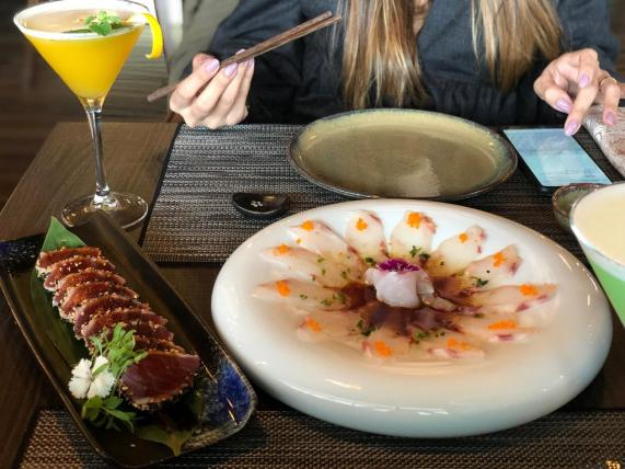 Tataki de atum selado em crosta de sésamo e molho teriyaki e Carpaccio de Robalo Selvagem com molho ponzu